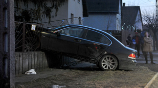 Egy fél utcát letarolt a BMW-s, az utas meg a rendőröket vegzálta