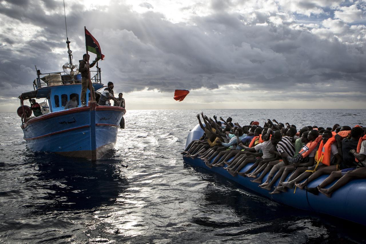Rendkívüli hírek (sorozat)  III. helyLíbiai halászok dobnak mentőmellényt egy menekülteket szállító csónakra. A Földközi-tengeri útvonalon több mint ötezer menekült halt meg tavaly, mielőtt elérték volna Európa partjait.