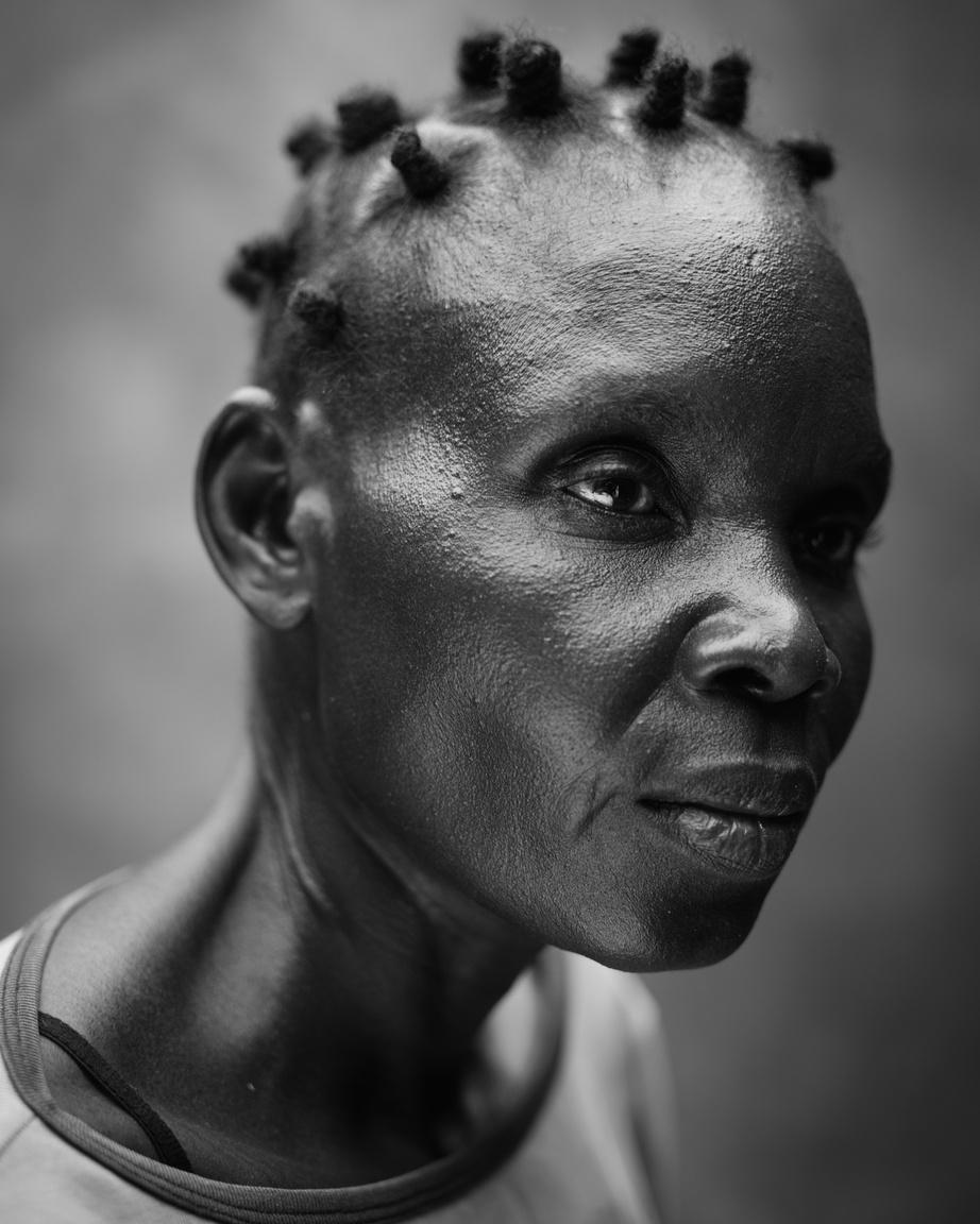 Emberek a hírekben (sorozat) II. helyA 41 éves Hellen, akit szellemi sérülése miatt boszorkánynak kiáltottak ki otthonában. Afrika legtöbb országában, főleg a kevésbé fejlett területeken az ilyen betegségeket a mai napig imával próbálják gyógyítani, a betegek valódi orvosi ellátás hiányában a társadalom peremére kerülnek.