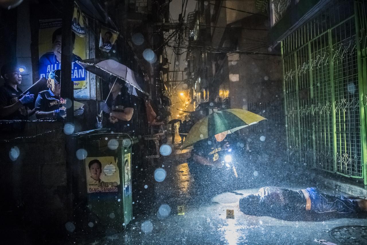 Kiemelt hírek (sorozat) I. helyA New York Times fotósa gyilkosságról gyilkosságra dokumentálta a kábítószer elleni harcot a Fülöp-Szigeteken. A Duterte-elnök által meghirdetett tisztogató akciónak eddig legalább 2000 hivatalos áldozata van, köztük dílerek, kábítószer-használók, akiket rendőrök vagy ismeretlen fegyveresek a nyílt utcán lőttek le.