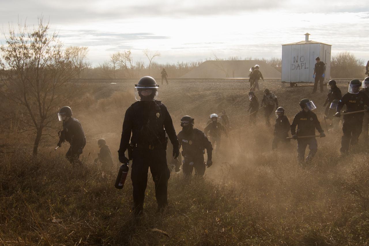 Korunk problémái (sorozat) I. helyRohamrendőrök egy mellékút mentén a Dakota Access-csővezeték építése ellen indult demonstráció helyszínén. A helyi őslakosok és velük szimpatizáló csoportok tíz hónapon át tüntettek a vezetékek építése ellen, mire a tervet visszamondták. Most úgy néz ki, mégis újraindul az építkezés Donald Trump elnöksége alatt.