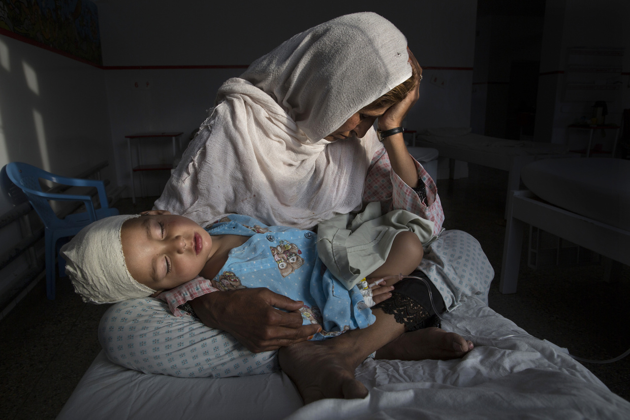 Hétköznapok(egyedi) I. helyAnya-és lánya, bombatámadás túlélői egy kabuli kórházban. Afghanisztánban gyakorlatilag 1973 óta mindennaposak a fegyveres konfliktusok és a merényletek. Az ENSZ adatai szerint 2016 első felében legalább 1600-an haltak meg hasonló merényletekben.