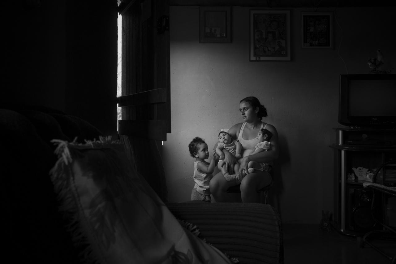 Korunk problémái (sorozat) II. helyA kétéves Marcela testvéreivel és édesanyjukkal a család Areia-i otthonában. Az ikrek mindketten mikrokefáliával születtek, amit esetükben a Brazíliában tavaly terjedt Zika-vírus okozott. Az ország legszegényebb régióiban ezek a gyerekek több száz kilométerre laknak a legközelebbi kórháztól, számukra kevés esély van rá, hogy megfelelő ellátásban vagy terápiában részesülhessenek.