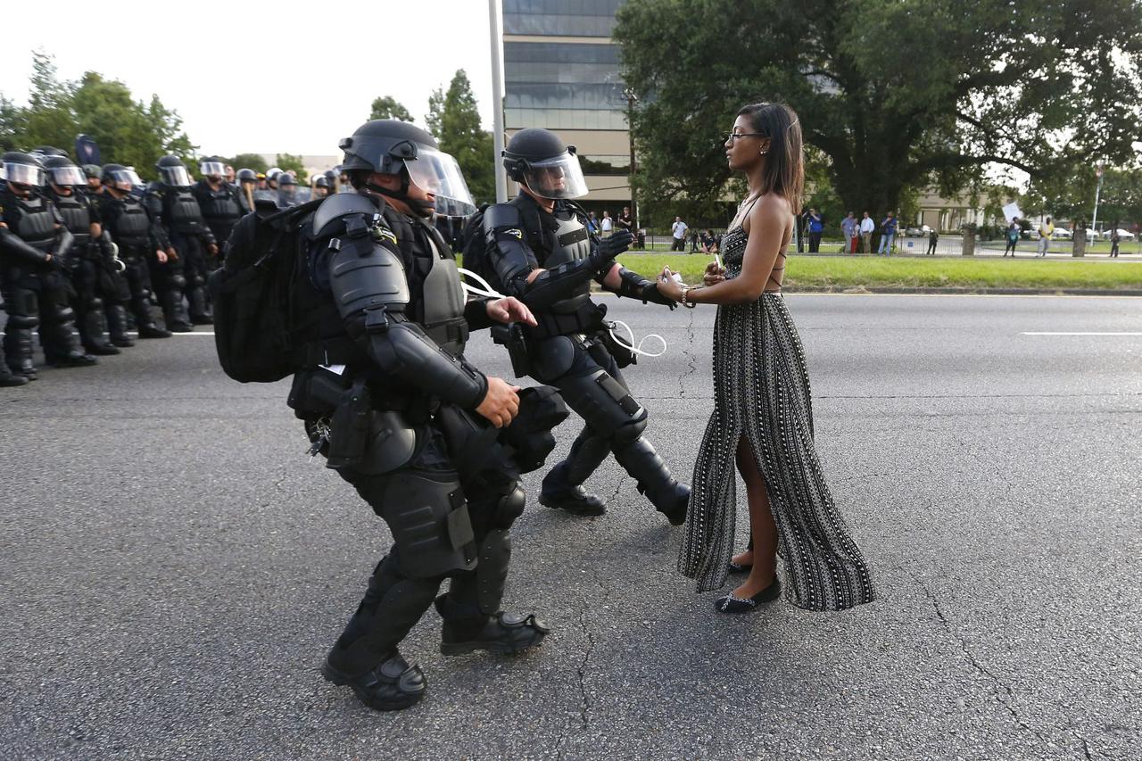 Korunk problémái (egyedi) I. helyAmerikában az elnökválasztás mellett az év egyik legforróbb témája a rendőri túlkapások voltak. A rendőrök által viselt kamerákból megismert jelenetek tanulsága, hogy az amerikai járőrök kezében túl könnyen elsül a fegyver az első gyanús vagy félreérthető mozdulatra. A sorozatos esetek után indult utcai tüntetések egyik emblematikus pillanata volt ez a kép, ahol három rendőr lefog és elvezet egy nőt, aki mozdulatlanul demonstrált előttük.