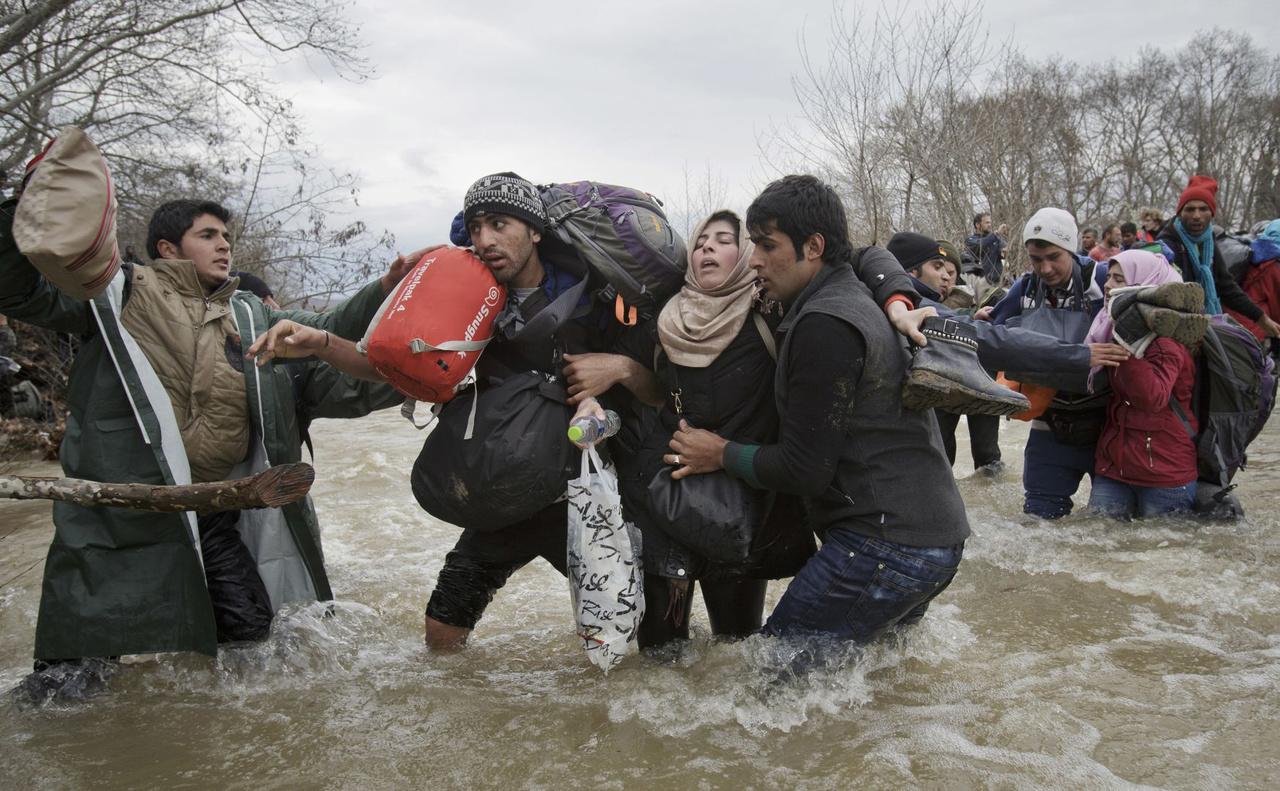Korunk problémái (egyedi) II. helyMenekültek kelnek át egy folyón Macedóniába. A kép azután készült, hogy a macedón határok lezárása után több száz menekült próbált a kerítéseket megkerülve átkelni Észak felé.
