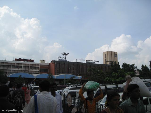 Nagy a forgalom Bangalore fő pályaudvara előtt