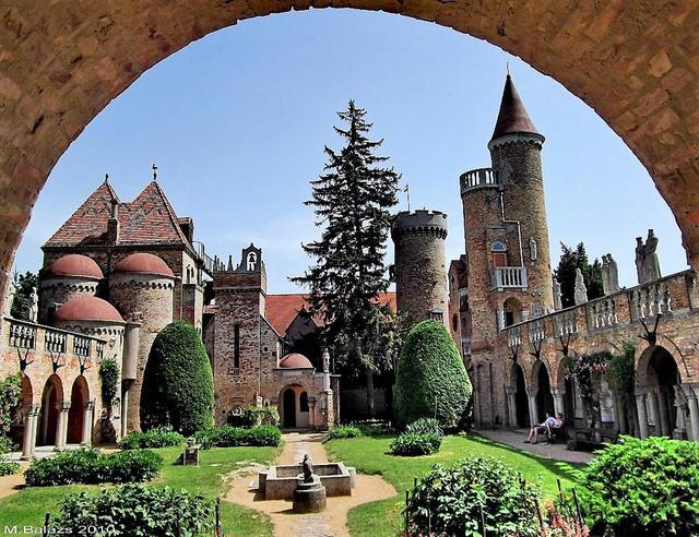 A Bory-vár százoszlopos udvara