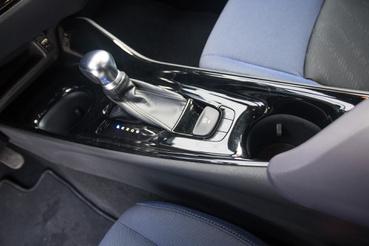 Egészen autószerű kar van benne, nem a Prius-féle, fura göb