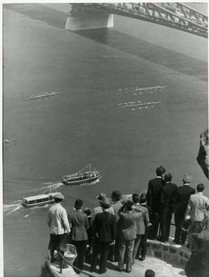A dunai regattát figyeli a közönség a Gellért-hegyről, 1934 májusában