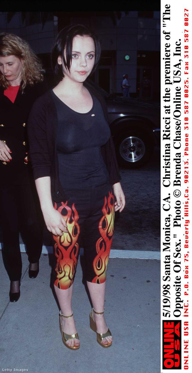Christina Ricci arany szandállal viselte a lángnyelves nadrágot a 90-es években.