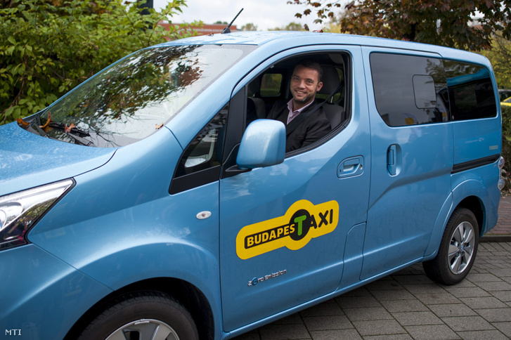 Szeneczey Balázs főpolgármester-helyettes ül egy taxiban a főváros első elektromos autók és taxik villámtöltésére alkalmas e-taxi drosztjának átadásán az óbudai Graphisoft Parkban 2014. október 21-én.