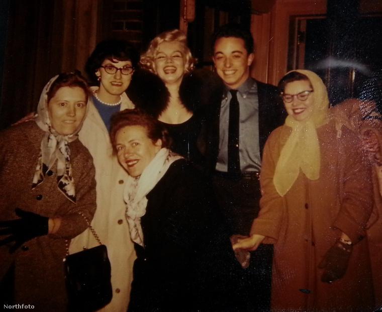 Freida Hull mosolyog közvetlenül a színésznő előtt.
