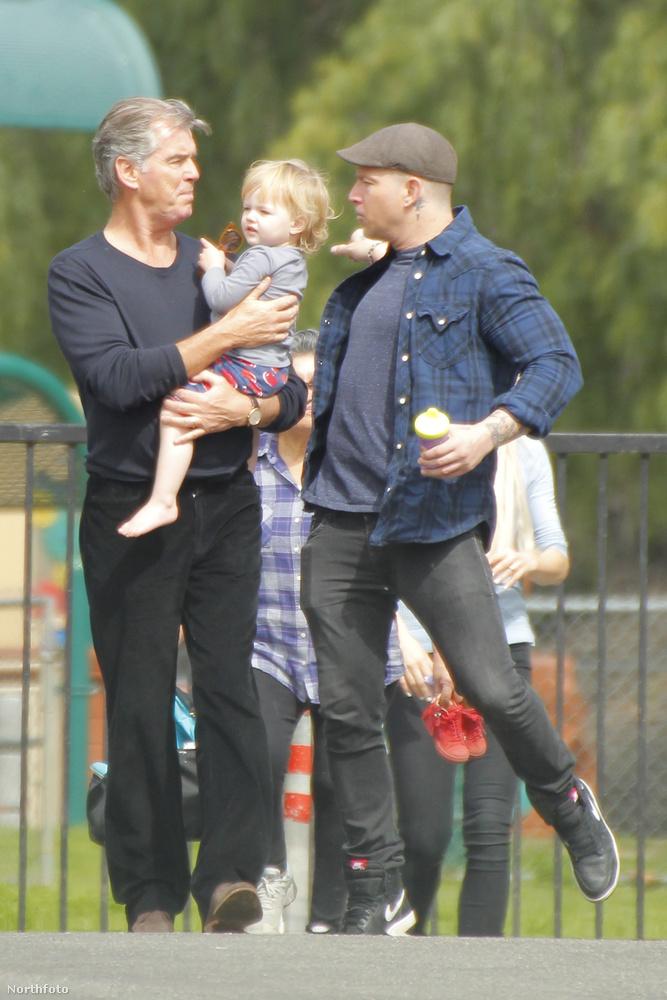 Brosnan legidősebb fia Sean a kislány édesapja, a képen ő látható, el is kísérte őket a sétára