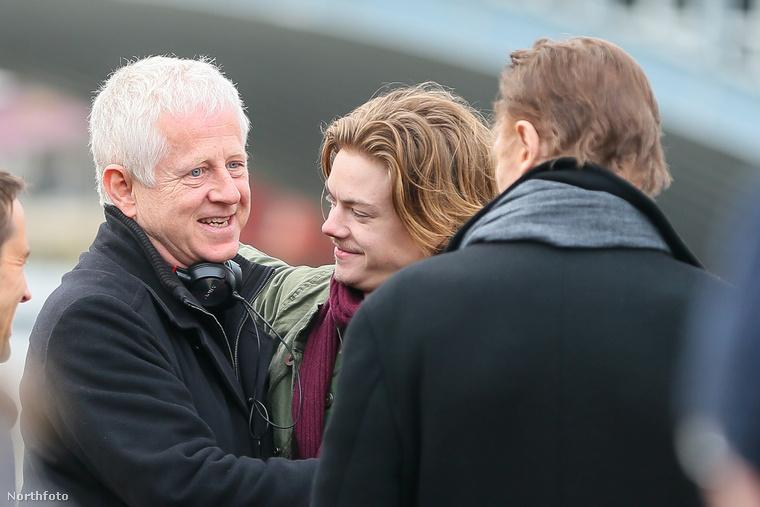 Az mindenesetre látható, hogy nagyon jó hangulatban telt a forgatás: a nap végén a rendező, Richard Curtis és Thomas Sangster is megölelte egymást