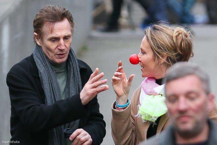 Nem véletlenül tett vörös bohócorrot a színész a hölgy orrára - a filmet ugyanis a Red Nose Day nevű jótékonysági program keretében mutatják majd be március 24-én