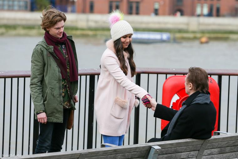 Közben megérkezik Olivia Olsen is a jelenetbe, aki valószínűleg még, vagy már újra Sam csaja