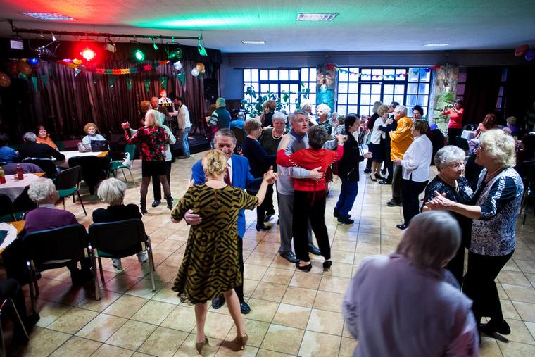 Nagyjából 90 fő jött el az idei rendezvényre, ők nagyon hamar megtöltötték a táncparkettet.