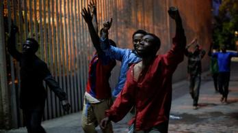 Ötszáz afrikai rohamozta meg a hatméteres kerítést