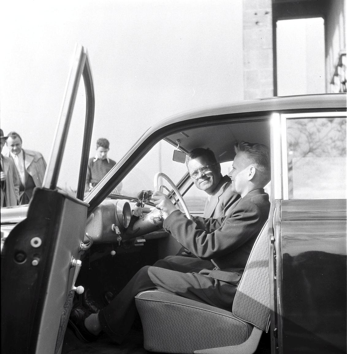 A legelső jutalomsorsolás nyertese 1957-ből: Molnár Tibor, a kunszentmártoni hetedikes a nyeremény-Wartburg volánjánálBudapestre még vonattal utazott, de már saját kocsin és sofőrrel tért haza Kunszentmártonba az ország legfiatalabb Wartburg-tulajdonosa.
