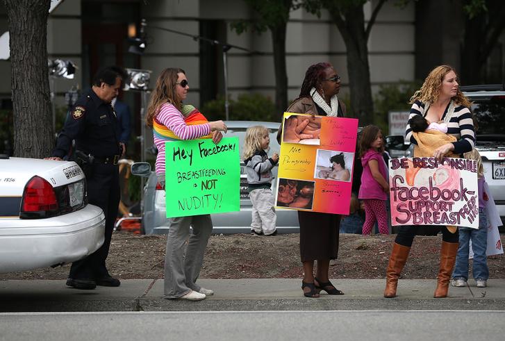 A szoptatós képeket letiltó Facebook ellen tüntető amerikai anyák