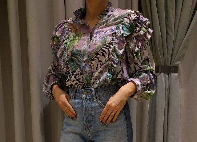 H&M: a túlburjánzó blúz 9990 forint, ezért vannak rajta bőven fodrok és tigrisek (tehát tetszik). A nadrág pont ugyanennyibe kerül.