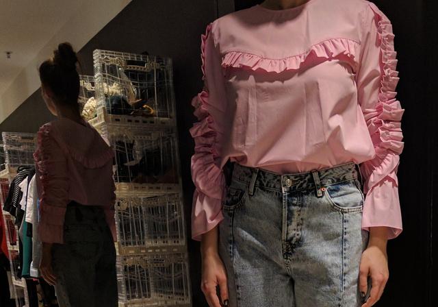 Zara: a könnyen gyűrődő és kcisit túl bő ing 9995 forint, a nadrág szintén. Ez az új divat.