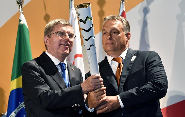 Thomas Bach a Nemzetközi Olimpiai Bizottság elnöke egy olimpiai fáklyát ajándékoz Orbán Viktor miniszterelnöknek a riói Magyar Házban 2016. augusztus 19-én.