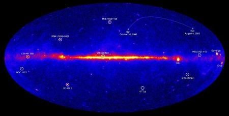 A Fermi mérései alapján előállított gammatartománybeli térkép. Az ábrán megjelölték a két Top5 lista objektumait.