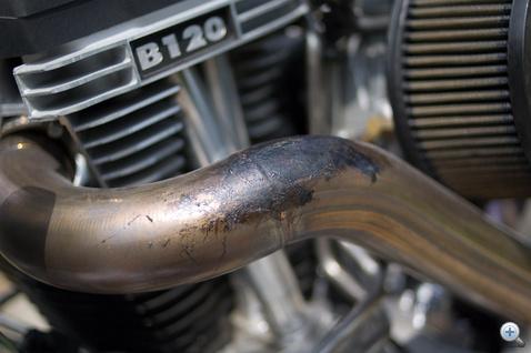 Kanyarodáskor ne toljuk le térddel a motort, mert nyomot hagy rajta a nadrág
