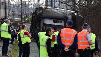 Felborult egy vonatkocsi Belgiumban, sokan megsérültek