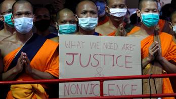 Több ezer hívő akadályozza egy pénzmosással vádolt apát letartóztatását