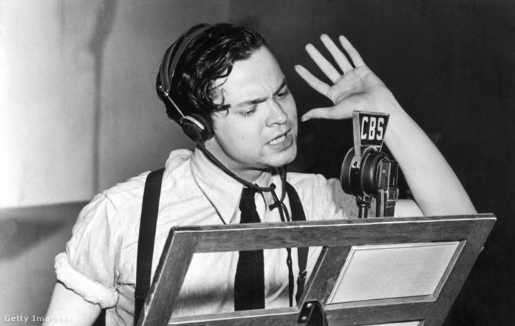 Orson Welles a Világok harca rádiójáték előadása közben