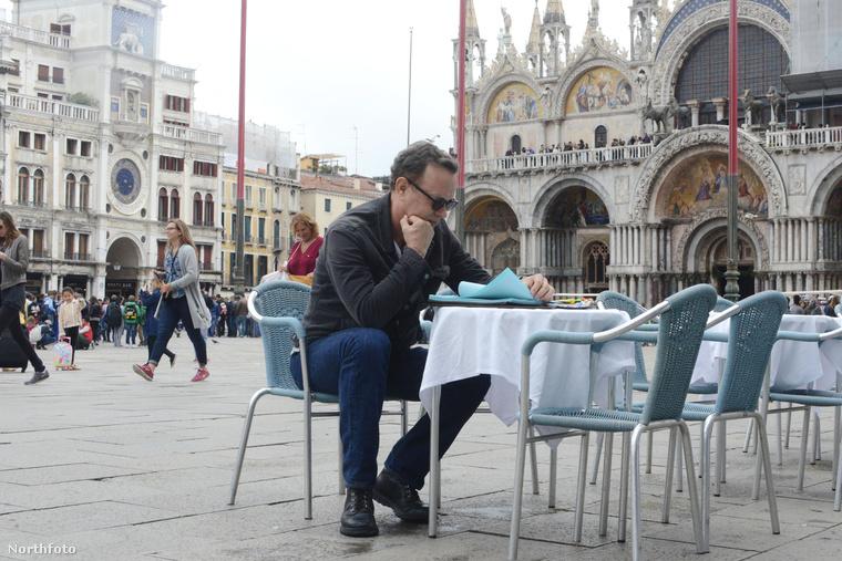 A színész Dan Brown Inferno című regényét olvassa Velencében.