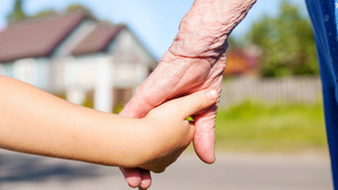 Elütötte az autó a hároméves gyereket, miután nagyapja elengedte a kezét
