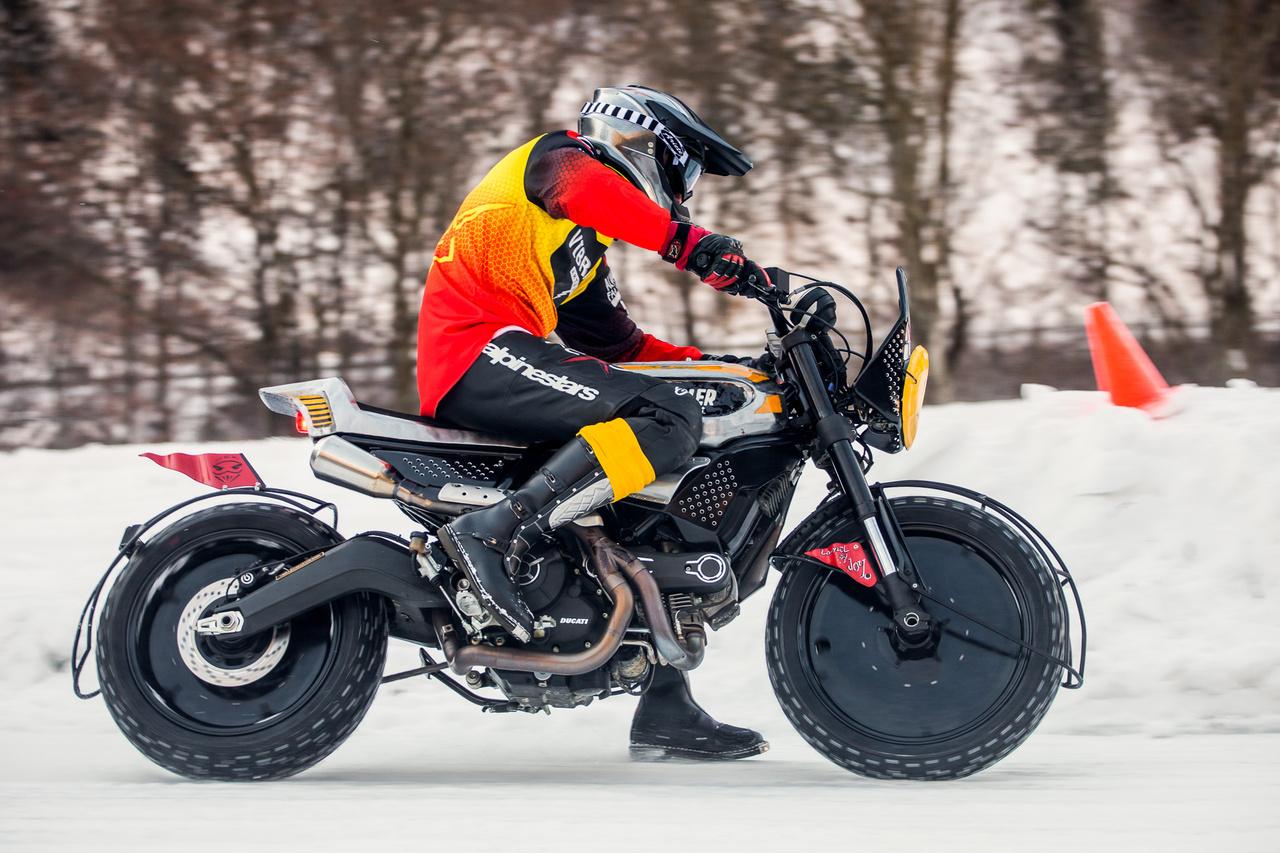 """Az olasz Vibrazioni Art Design sokat látott Ducati Scramblere. A vastag kerekek miatt szinte képtelenség volt elindulni vele. Lovasa - Olaszország egyik legjobb motoros újságírója -  Alberto Cecotti plusz """"szögeket"""" kért még az edzés előtt, és kapott. Abszolút negyedik helye maga volt a csoda"""