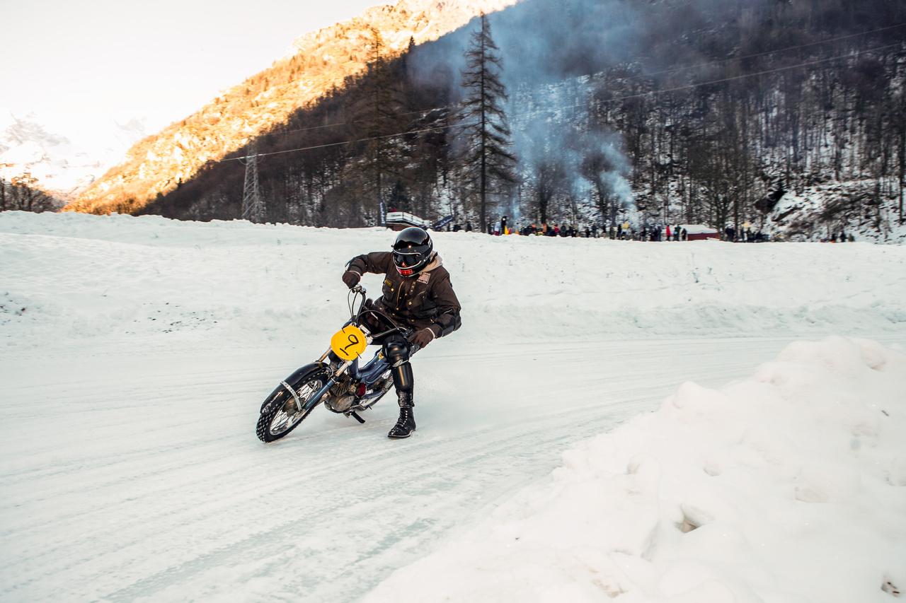 Lorenzo Cavolini, a milánói ezüstműves egy kék mopeddel érkezett. Stílusára panasz nem lehetett