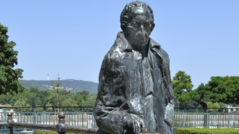 A XIII. kerület mentheti meg a Lukács György-szobrot