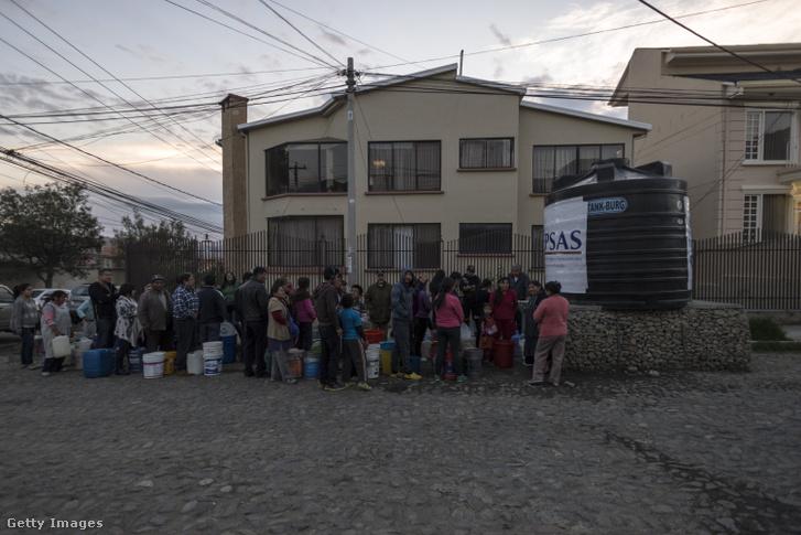 Vízosztásnál sorakozó helyiek a vízművek egyik mobil elosztópontján La Paz külvárosában.