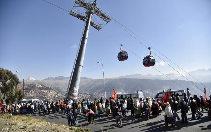 Demonstráció a vízhiány miatt La Paz egyik külvárosi negyedében.