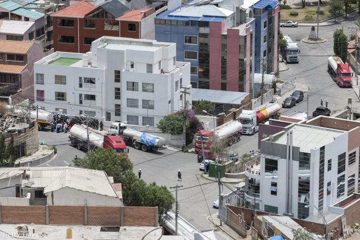 Vízszállító tartálykocsik La Paz egyik negyedében, miután 2016. novemberében szükségállapotot hirdettek a városban a vízhiány miatt.