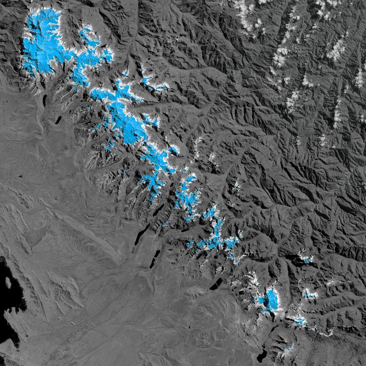 Visszahúzódó gleccserek az Andokban. A fehér terület a gleccserek 1986-os kiterjedését, a kék terület a 2014-re visszahúzódott helyzetüket mutatja.