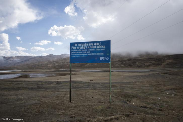 Figyelmeztető tábla egy kiszáradt víztározó előtt, La Paz közelében.