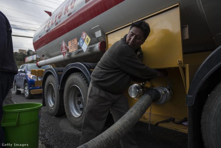 A vízművek embere nyitja egy tartálykocsi csapjait a főváros egyik vízhiánnyal küzdő kerületében.