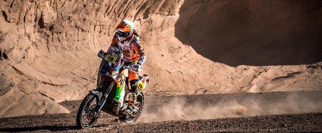 A Dakart másfél évtizede a KTM uralja, a pedig mindent megtesz, hogy végre hazai pályán verje meg őket. És évről évre közelebb kerülnek a célhoz. A képen Laia Sanz látható, akit a KTM a Hondától csábított át