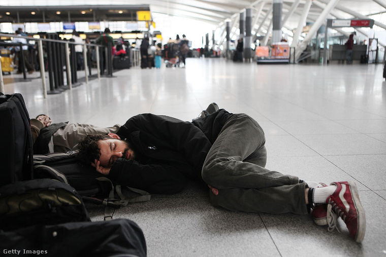 Ha nincs más választásunk, egy repülőtéren is lehet aludni.