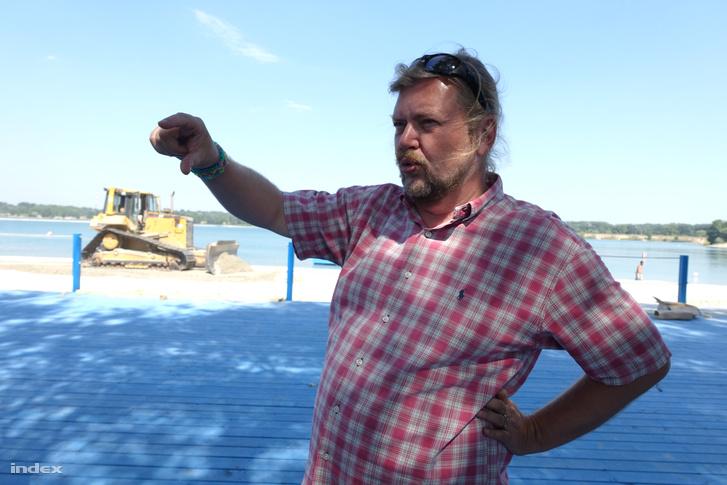 Gerendai Károly a Lupa-tónál épülő strandon tartott sajtóbejáráson, 2016. nyarán.