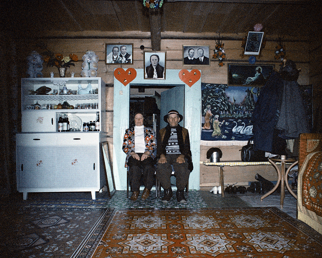 A kevés színes fotó egyike a sok fekete-fehér között. Rydet túlzásnak, túl tudományosnak érezte a szociologizáló címet, évtizedes vállalkozása inkább a művészi katalogizálás hagyományát követi, de mániája lett. Mindig nála lévő fényképezőgépével egyre türelmetlenebbül járta a a lengyel kistelepüléseket. Egyes tárgycsoportok különösen foglalkoztatták: tévékészülékek, konyhai tapéták, szekerek, és az itt is látható régi színezett esküvő fotográfiák. Az idős fényképész időnként visszatért ugyanoda, hogy dokumentálja a vidéki Lengyelország átalakulását, de a negatívok későbbi sorsa már nem nagyon érdekelte, általában nem is hívta elő őket. A képek nyomtatásban csak jóval a halála után voltak először láthatók: előbb a Varsói Modern Művészeti Múzeumban, most pedig Franciaországban, Tours-ban és a Pompidou Központban.