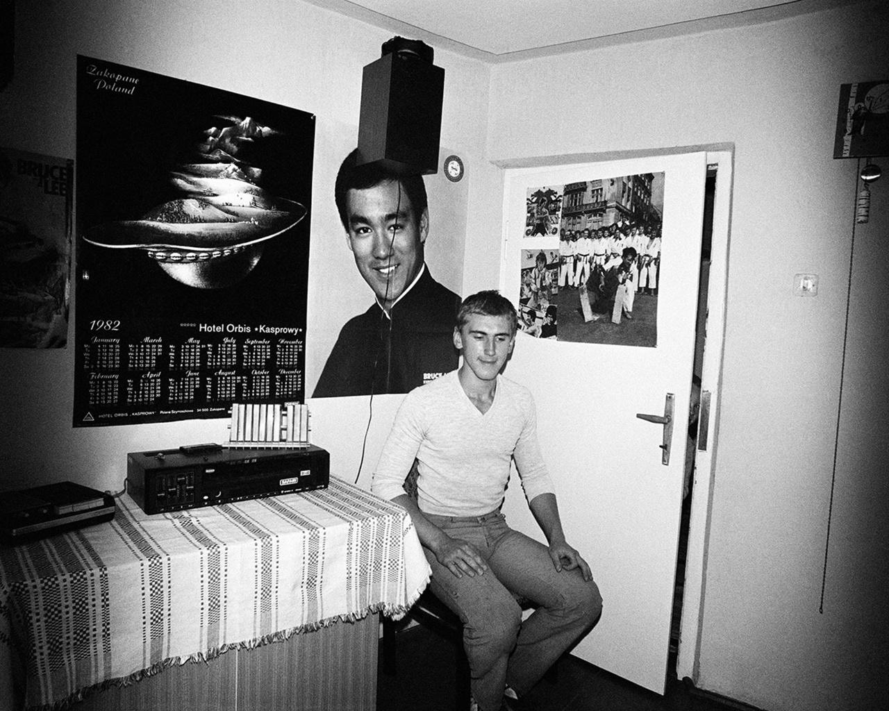 Bruce Lee Lengyelországban. A zakopanei naptár szerint 1982-ben járunk, a hadiállapot évében, amikor Jaruzelskiék katonai parancsnokság alá helyezték az államigazgatást, több helyen és alkalommal a sztrájkoló munkások közé lőtte, majd törvényen kívül helyezték a Szolidaritást is.