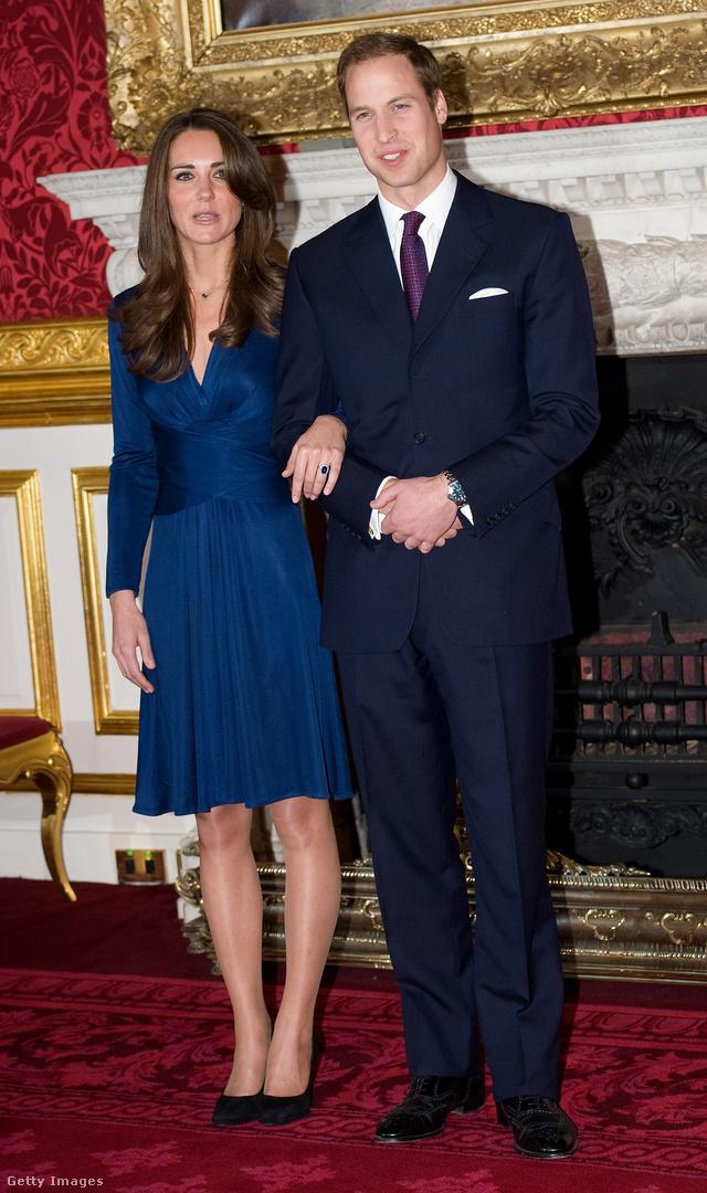 Ez az a híres kék Issa ruha, amiben Katalin hercegné és Vilmos herceg 2010-ben bejelentették az eljegyzésüket.