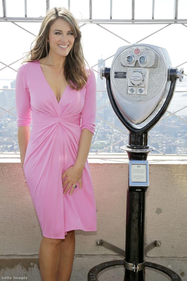 Elizabeth Hurley az Estee Lauder 20.évfordulóján ünnepelt rózsaszín Issa ruhában.